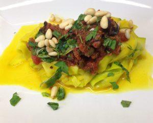 Safran Zucchini Bandnudeln mit Marinara Tomaten Chili Sauce mit Oliven und Kapern