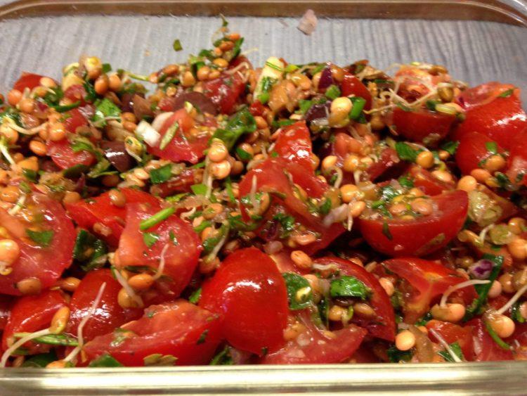 Linsen Salat aus gekeimten Linsensprossen mit Tomaten, Feigen und Oliven