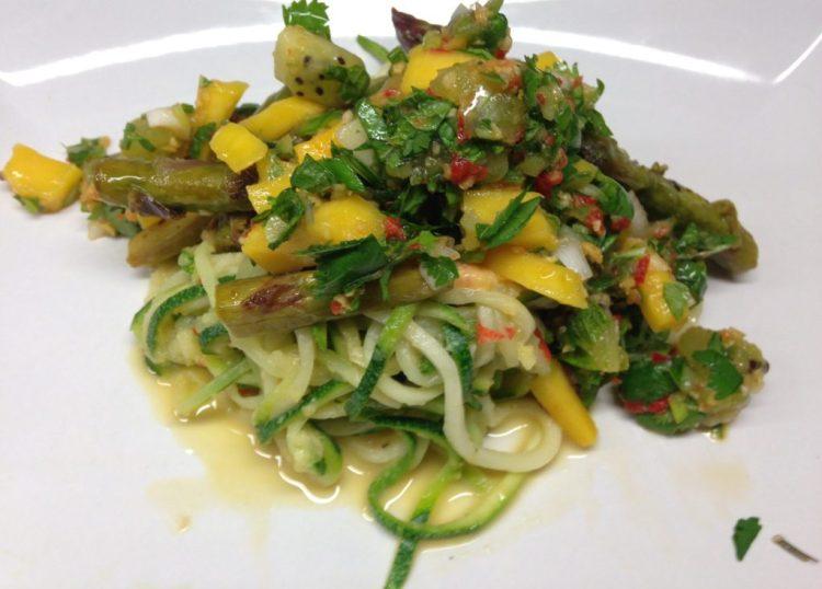 Gerösteter Spargel mit Zutaten für die Mango Kiwi Salsa