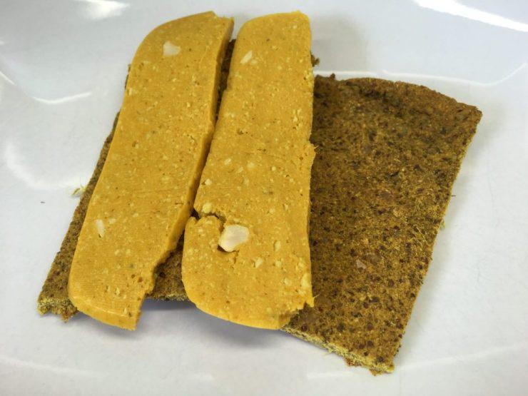 Bananen Brot mit veganem Käse aus Süßkartoffeln und Cashews