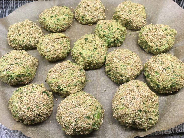 Mandel Spinat Falafel mit Sesamkruste