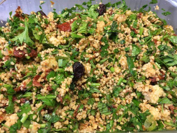 Walnuss Petersilien Taboulé Salat mit getrockneten Tomaten und Cranberries