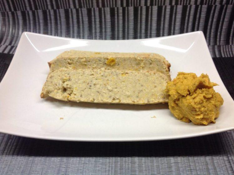 Kokosnuss Maisbrot mit Hummus aus schwarzen Bohnen