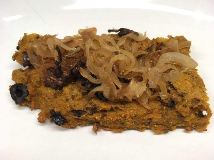 Gebackene Polenta mit karamellisierten Zwiebeln und knusprigen Pilzen