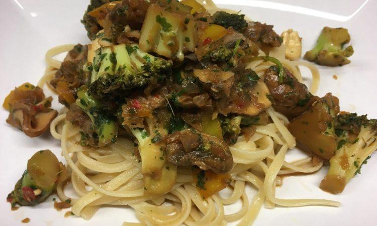 Linguine mit Brokkoli, Champignions, Chili und Cashews