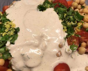 Zucchini Möhren Salat mit Humus Dressing