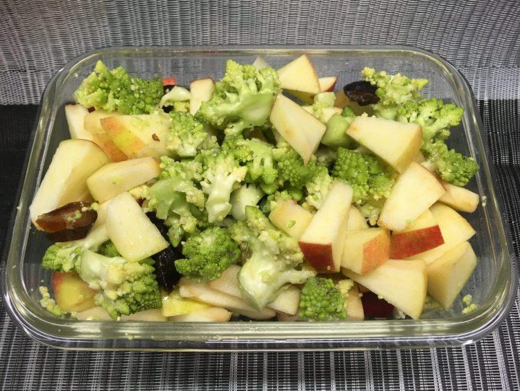 Apfel Brokkoli Salat mit Datteln und Mandel-Orangen Dressing