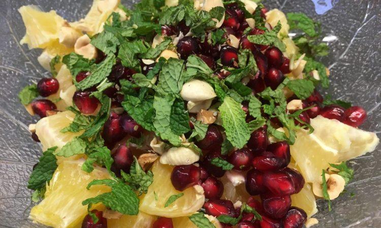 Grapefruit Granatapfel Salat mit Haselnüssen und Apfel-Ingwer-Minz Dressing