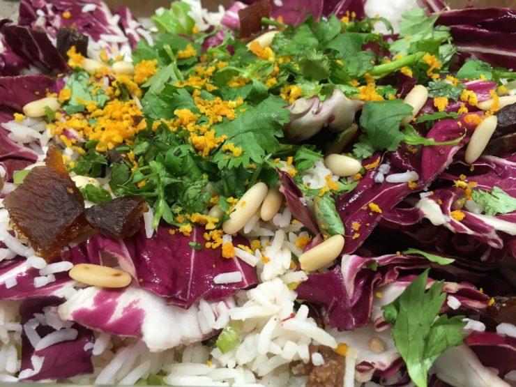 Reissalat mit Radicchio, getrockneten Aprikosen, Pinienkernen und Korianderkraut