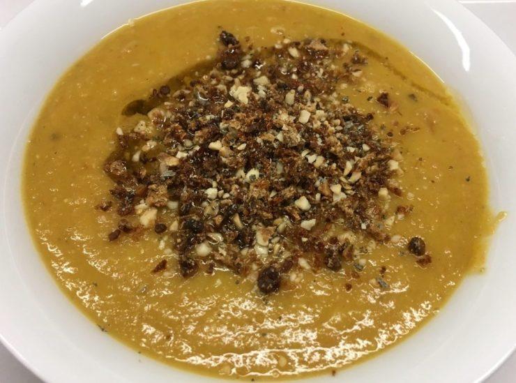 Rote Linsen Suppe mit Mandelmus, Chili, Orange und Haselnüssen