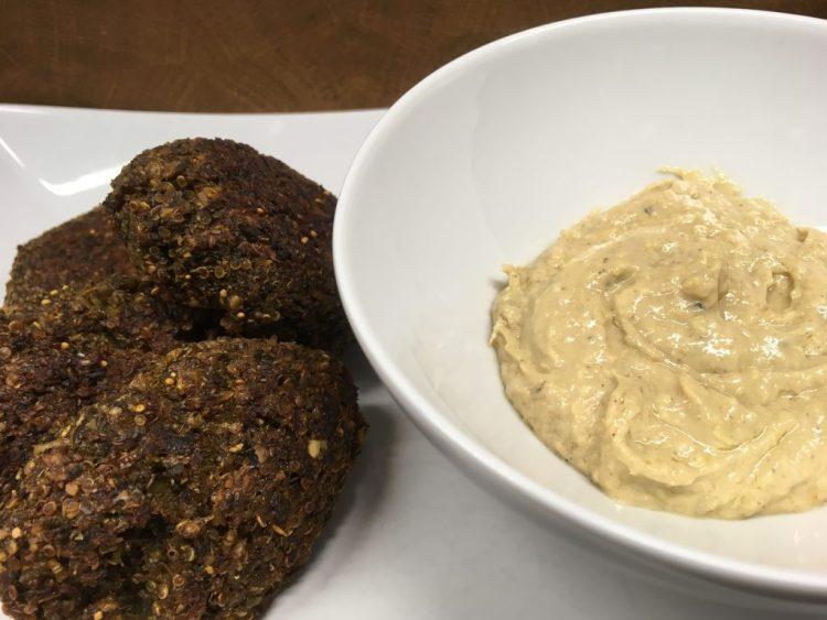 Quinoa Grünkohl Buletten mit Orangen Ingwer Tahini Dip