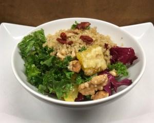 Grünkohl Salat mit geröstetem Quinoa, Orangen und Goji Beeren