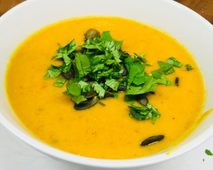 Kürbis Suppe mit Süßkartoffel, Paprika, Orange, Mango, Avocado und Cashews