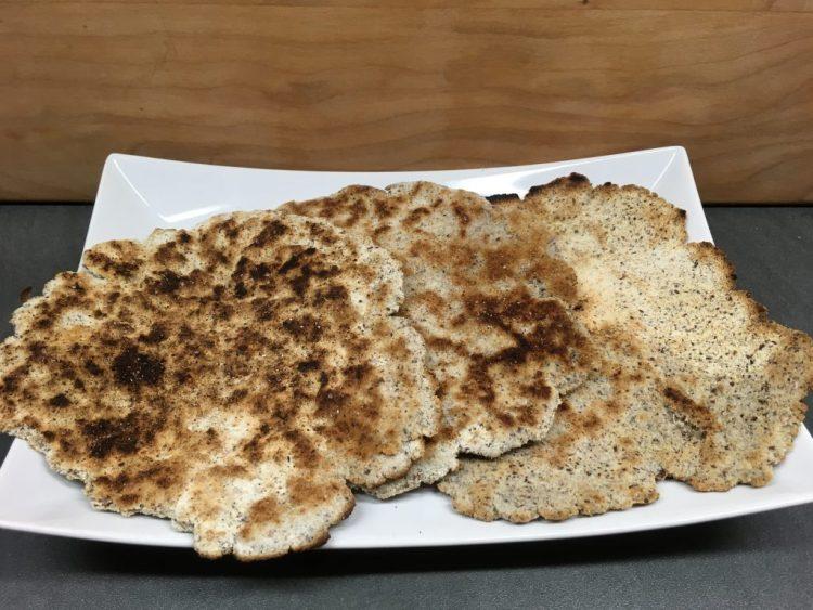 Kokos-Leinsamen-Fladen in der Pfanne gebacken