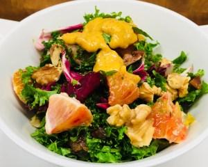 Grünkohl Salat mit Aprikosen und Walnüssen und Aprikosen Ingwer Dressing