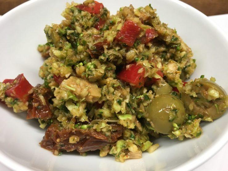 Mediterraner Brokkoli Salat mit Tomaten, Oliven und Kapern