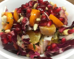 Radicchio Chicorée Salat mit Kumquat, Blutorangen, Granatapfelkernen und Pinienkernen