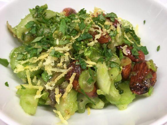 Sellerie Salat mit Datteln und Mandeln