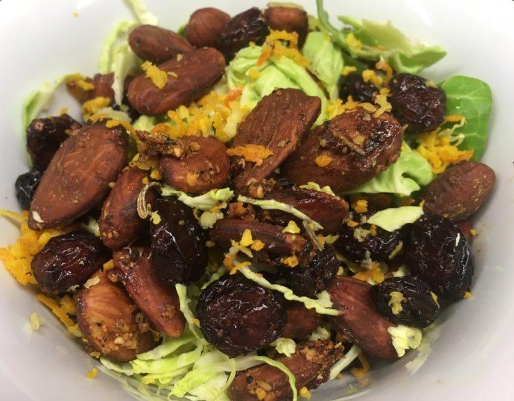 Rosenkohl Salat mit Cranberries und Mandeln