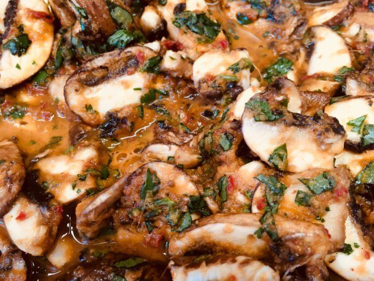 Marinierte Champignons in BBQ Sauce mit Koriander