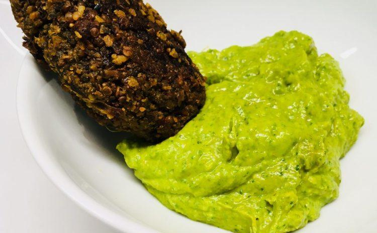 Avocado Erdnuss Dip mit Spinat und Curry
