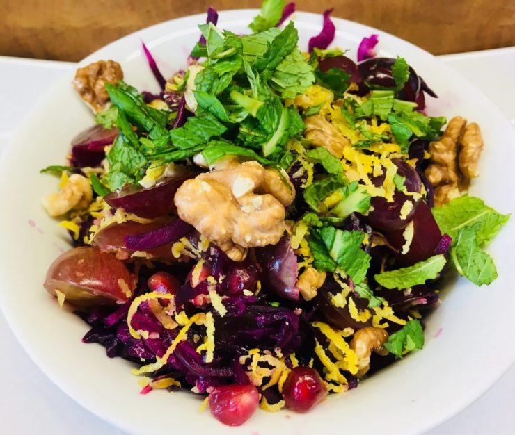 Rotkohl Salat mit Trauben, Granatapfekernen und Walnüssen