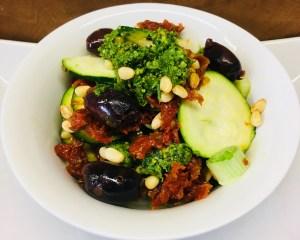 Zucchini Salat mit Tomaten, Oliven und Pesto
