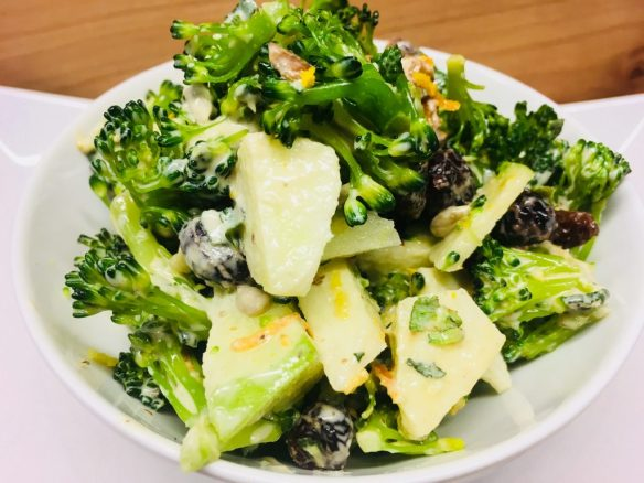 Brokkoli Salat mit Äpfeln, Rosinen und Walnüssen und veganer Mayonnaise