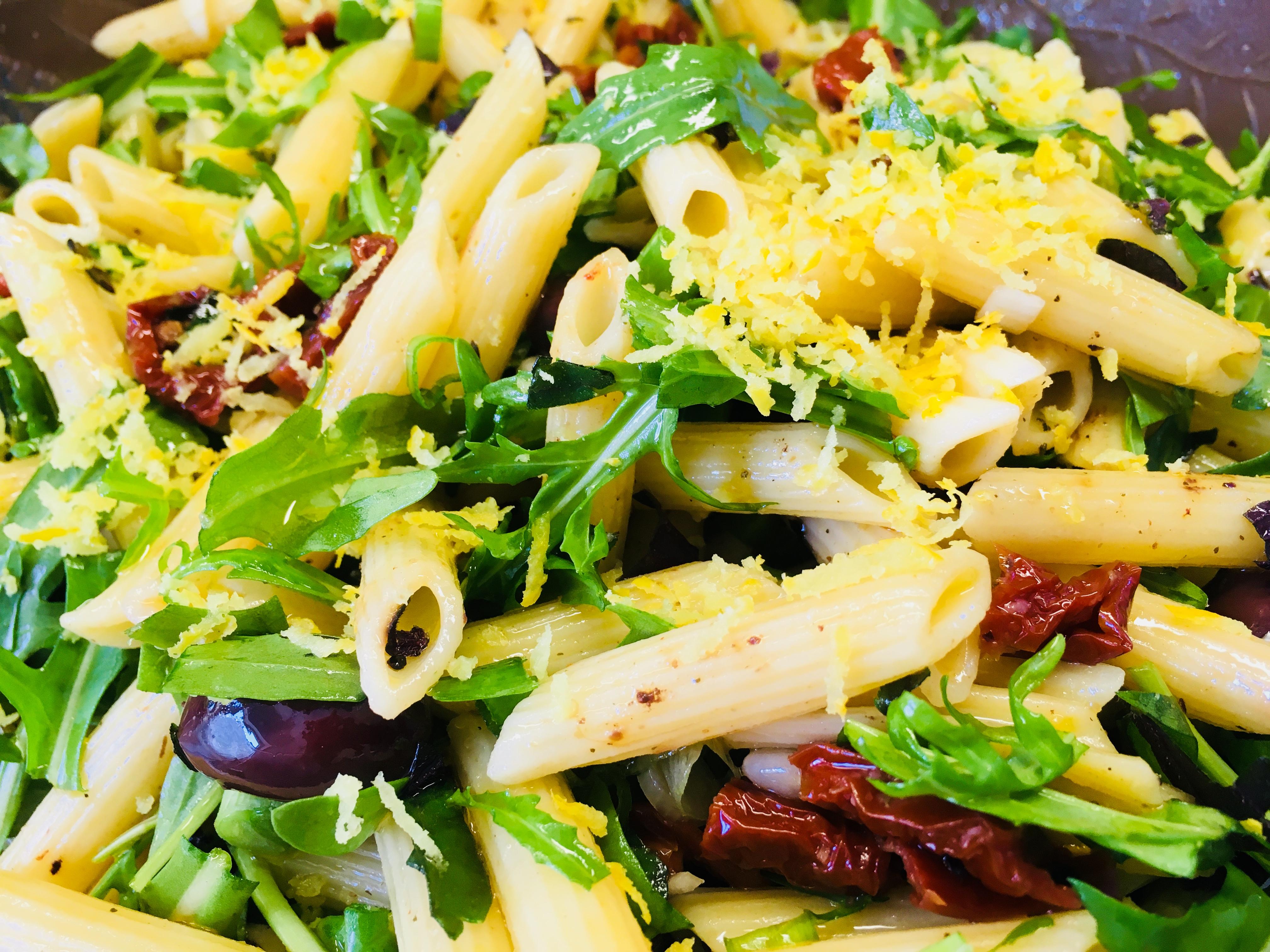 Italienischer Nudelsalat Mit Tomaten Oliven Rucola Und