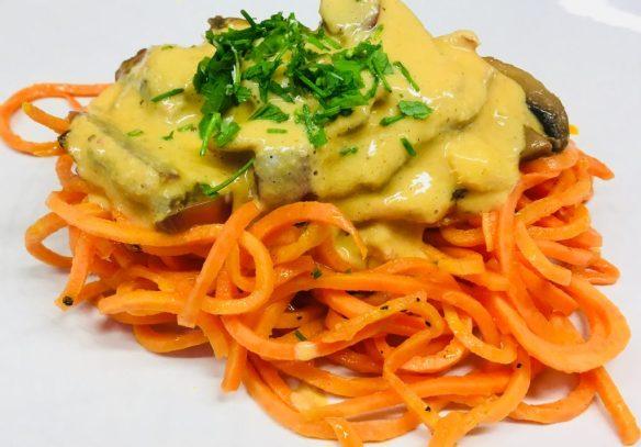 Süßkartoffel Pasta mit marinierten Champignons und Knoblauch Ingwer Tahini