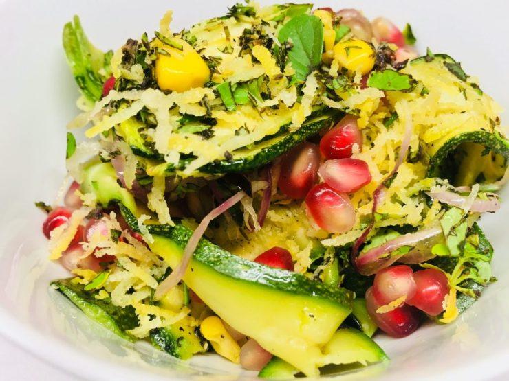 Geröstete Zucchini mit Mais, roten Zwiebeln und Granatapfelkernen