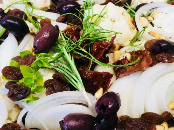 Gerösteter Blumenkohl mit Pinienkernen, Chili und Rosinen a la Siciliana