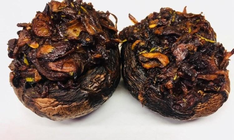 Gefüllte Portobello Pilze mit karamellisierten Balsamico Zwiebeln, Datteln und Rosmarin