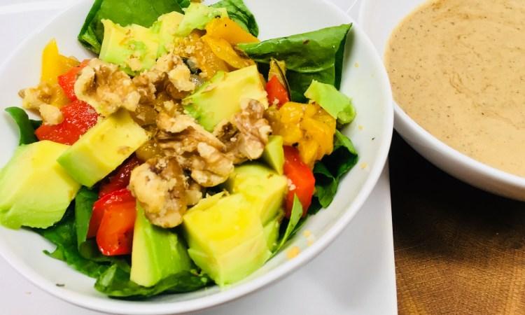 Paprika Avocado Salat mit Dattel Walnuss Vinaigrette