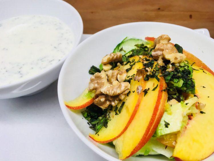 Gurkensalat mit Nektarinen, Walnüssen und Joghurt Minze Dressing