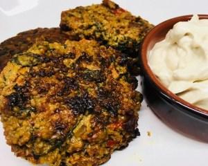Hirse Buletten mit Karotten & Spinat und Tahini Dip