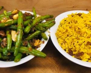 Grüne Bohnen mit Chakalaka und gebratenem Curry Reis