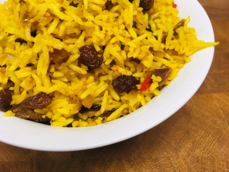 Gebratener Curry Reis mit Chili und Rosinen