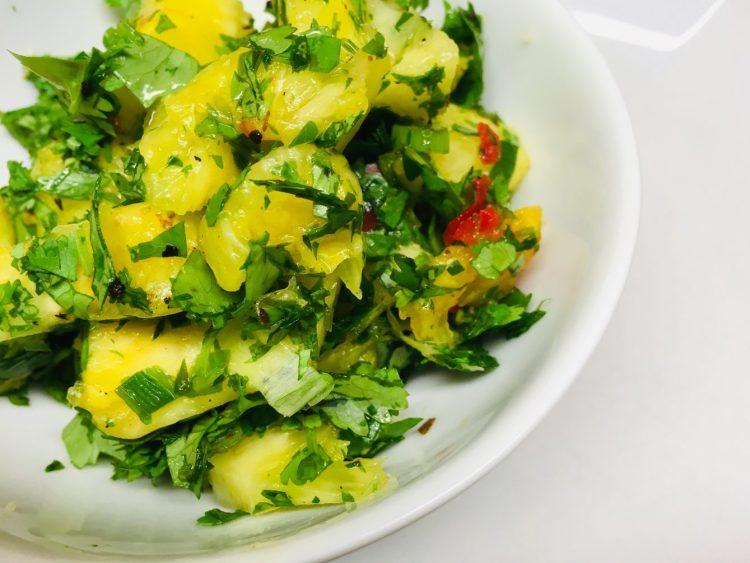 Ananas Salat mit Chilis und Koriander