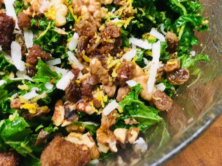 Toskanischer Grünkohl Salat mit Sultaninen, Walnüssen und Pecorino