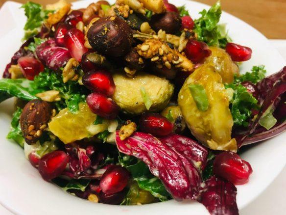 Grünkohl Salat mit Kaki und geröstetem Rosenkohl