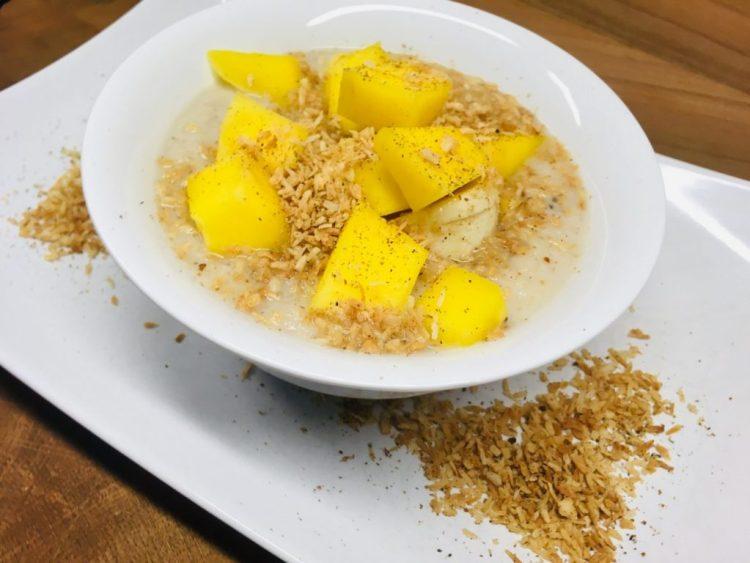Low Carb Kokos Porridge mit Banane und Mango