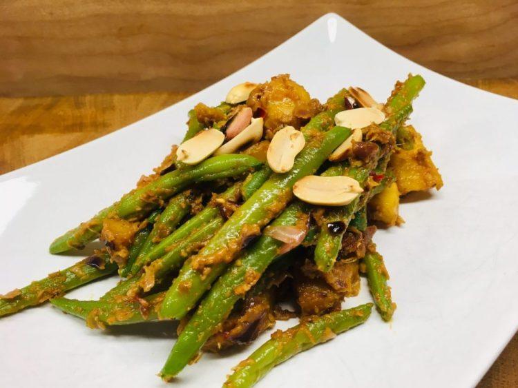 Grüne Bohnen und Kartoffeln in cremiger Erdnuss Sauce