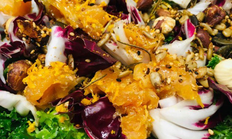Grünkohl Salat mit Chili-Orangen, Äpfeln und Haselnüssen