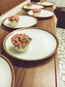 Lachstartar mit Avocado und Kräuterdip anrichten