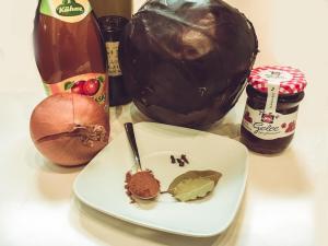 Zutaten für selbstgemachten Rotkohl