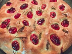 leckere Focaccia mit Tomaten und Romarin