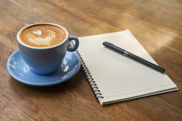 Prendre des notes devant un petit café