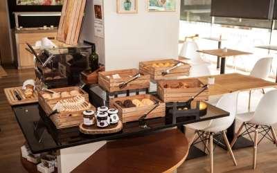 10 idées de caisses en bois pour meubler un hôtel