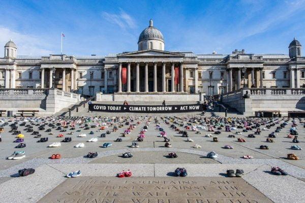 Londra, 2000 scarpe da bambino per il clima
